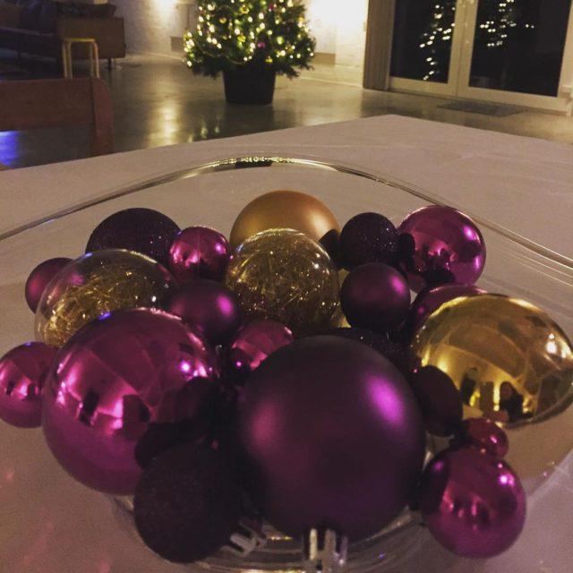 Kerstsfeer op HoffenterHof christmasdecorations christmasfruit fruitschaal kerst paars goud purplehellip